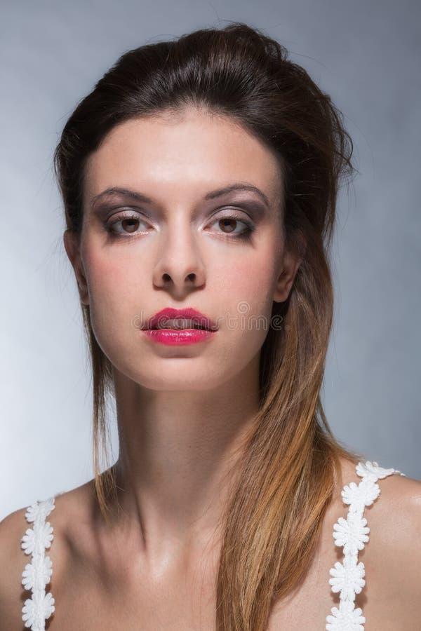 Retrato de la mujer joven con maquillaje fuerte imagen de archivo