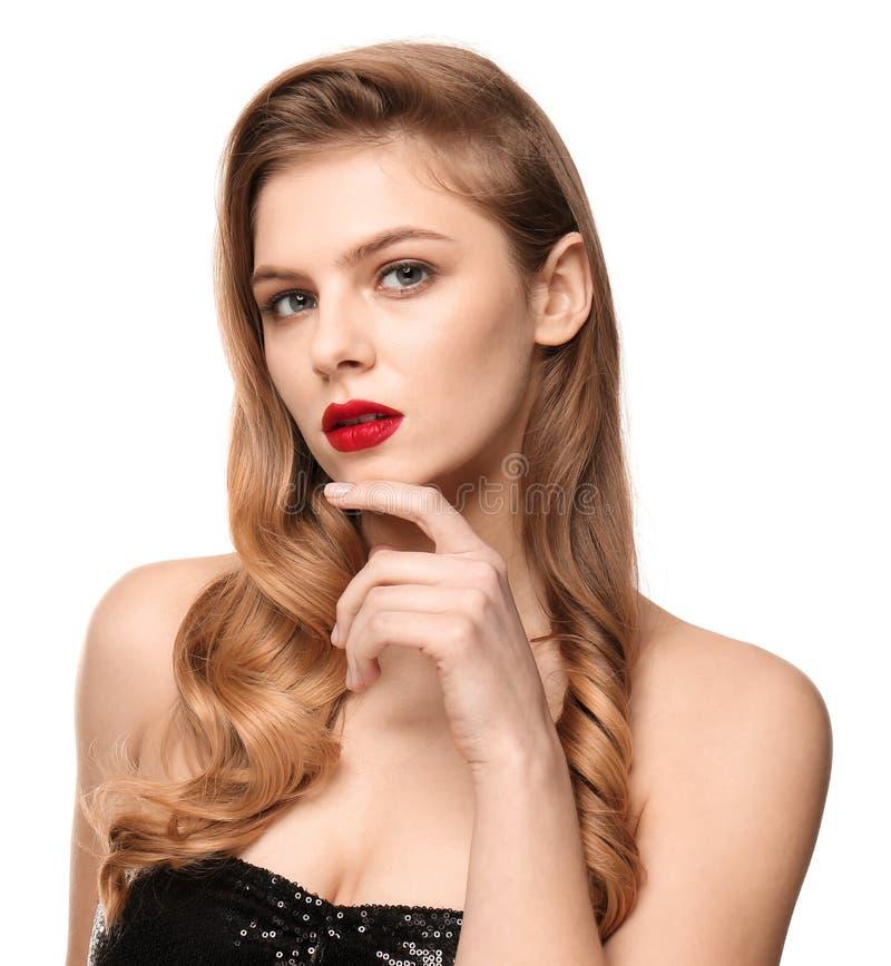 Retrato de la mujer joven con maquillaje hermoso en el fondo blanco Cosm?ticos profesionales foto de archivo
