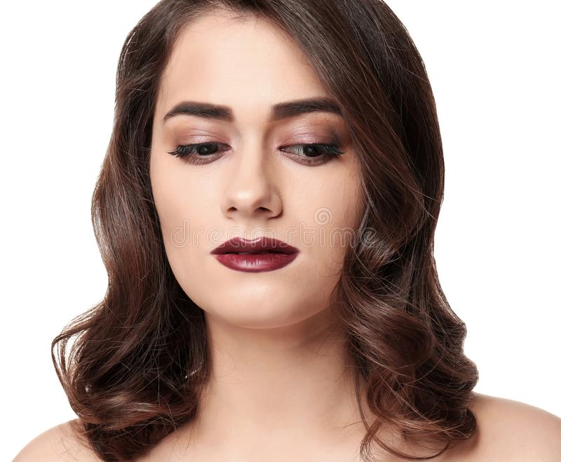 Retrato de la mujer joven con maquillaje hermoso en el fondo blanco Cosm?ticos profesionales fotografía de archivo