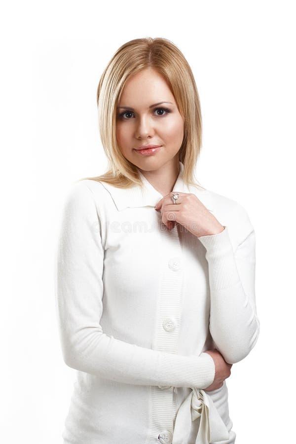 Retrato de la mujer joven con la piel limpia en un fondo blanco fotografía de archivo libre de regalías
