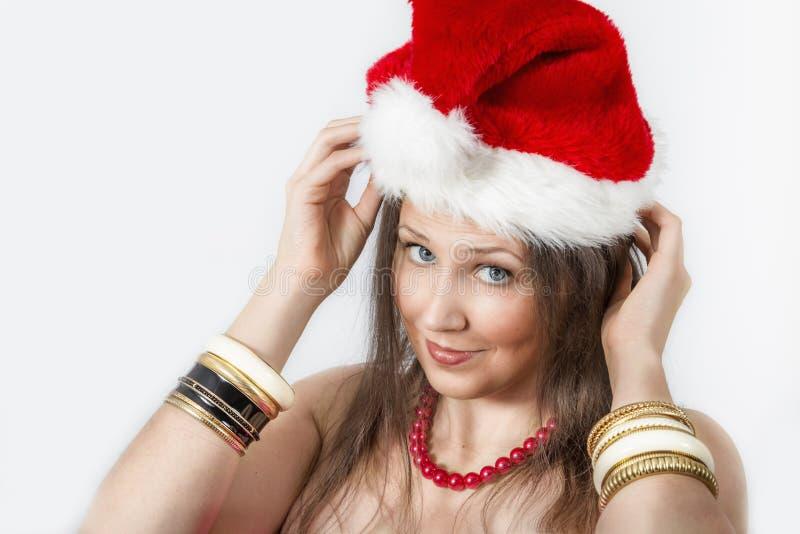 Retrato de la mujer joven con un casquillo de la Navidad fotografía de archivo libre de regalías