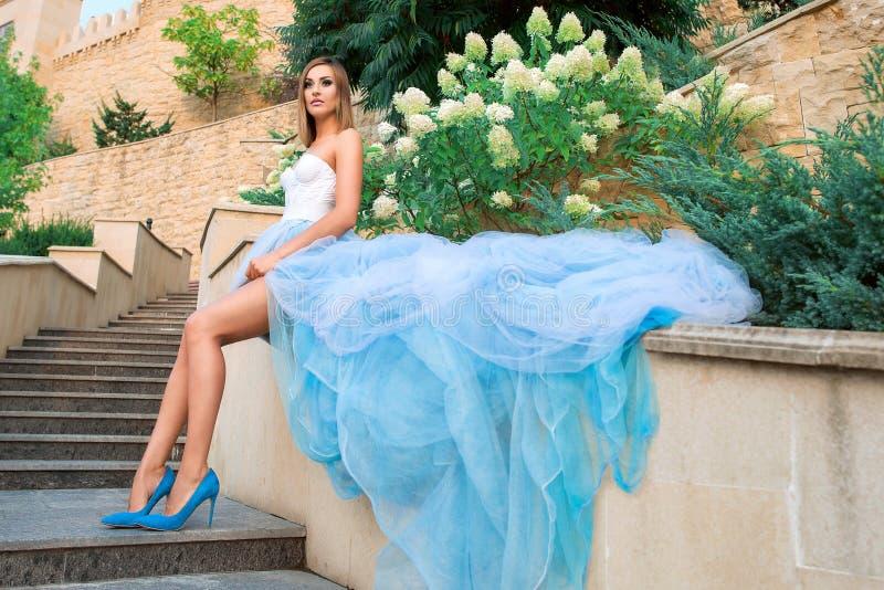 Retrato de la mujer joven del beautilul en vestido azul largo fotos de archivo