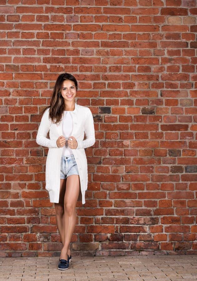 Retrato de la mujer joven elegante en crecimiento completo Ropa del estilo sport, pantalones cortos cortos imagenes de archivo