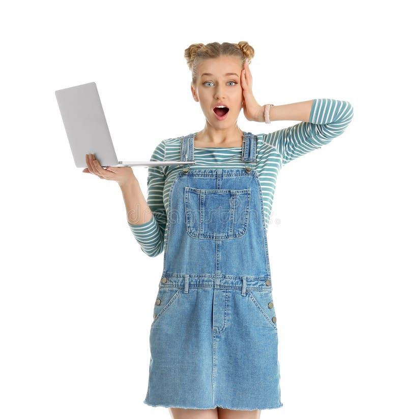 Retrato de la mujer joven emocional con el ordenador portátil aislado foto de archivo