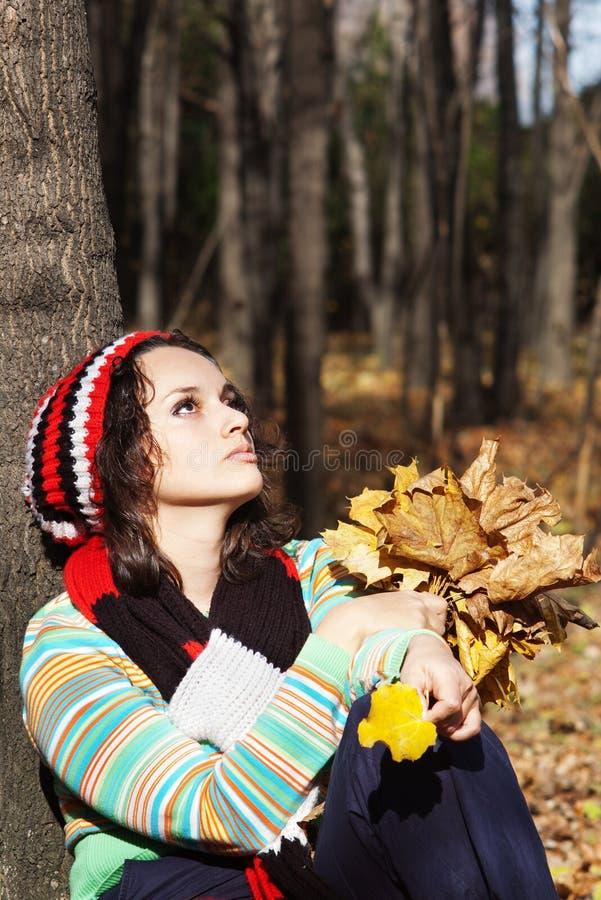 Retrato de la mujer joven en caída foto de archivo