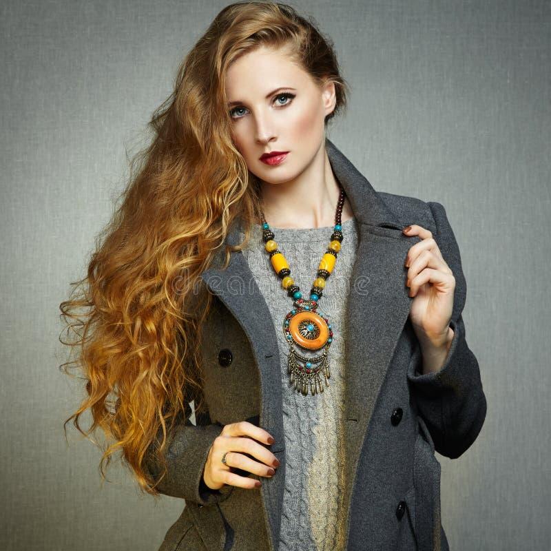 Retrato de la mujer joven en capa del otoño foto de archivo