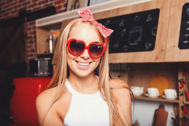 Retrato de la mujer joven en Corazón-gafas de sol foto de archivo libre de regalías