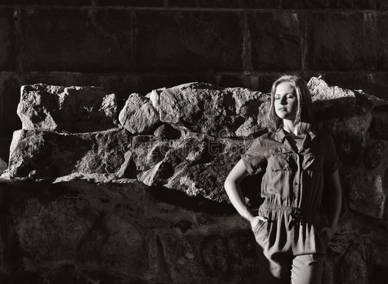 Retrato de la mujer joven en guardapolvos elegantes imagen de archivo