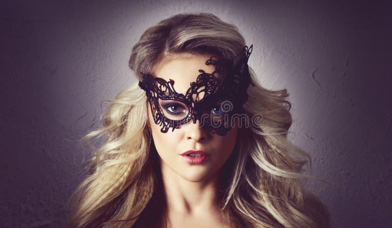 Retrato de la mujer joven en máscara del vintage Muchacha rubia atractiva con el peinado hermoso foto de archivo libre de regalías