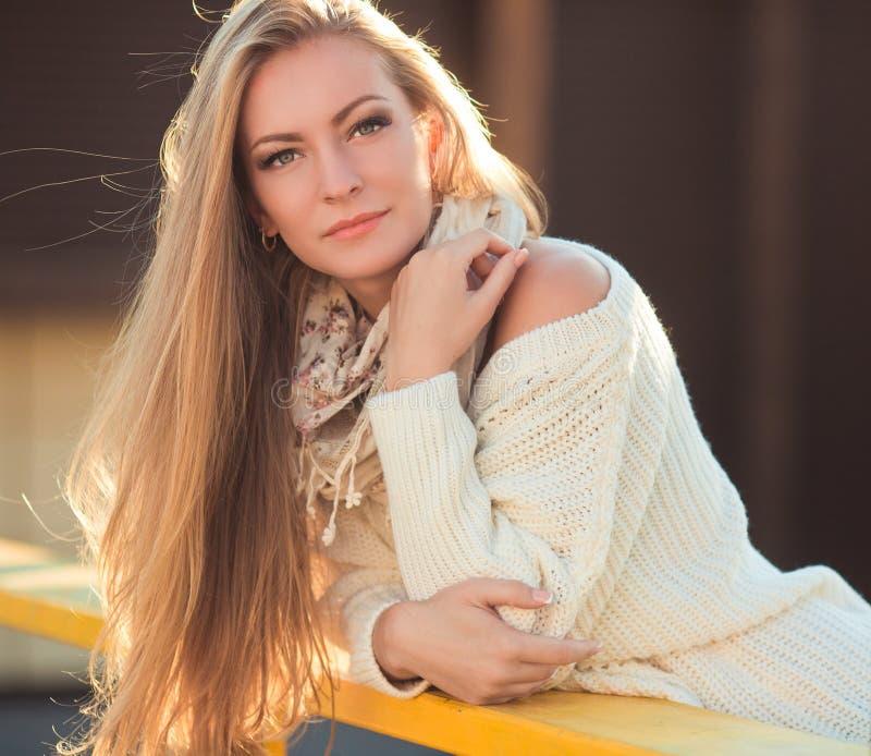 Retrato de la mujer joven en parque del otoño fotografía de archivo