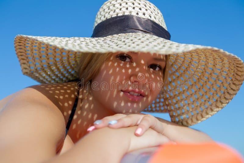 Retrato de la mujer joven en sombrero de paja imágenes de archivo libres de regalías