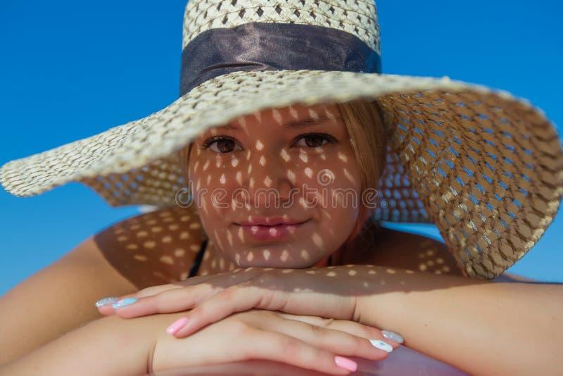 Retrato de la mujer joven en sombrero de paja foto de archivo libre de regalías