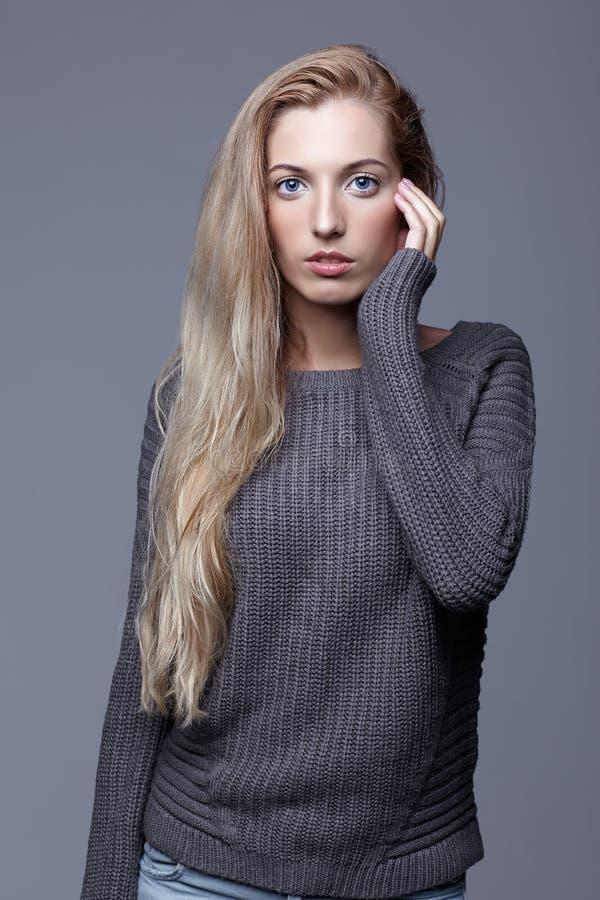 Retrato de la mujer joven en suéter de lana gris Muchacha hermosa p fotografía de archivo libre de regalías