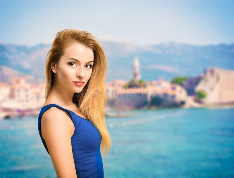 Retrato de la mujer joven en top del azul en el mar imágenes de archivo libres de regalías