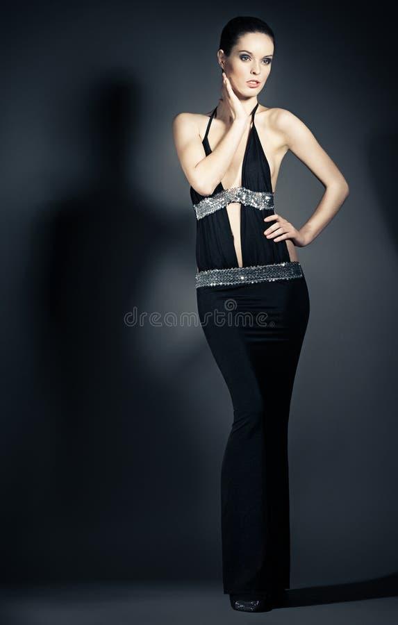 Retrato de la mujer joven en vestidos de noche elegantes imagenes de archivo