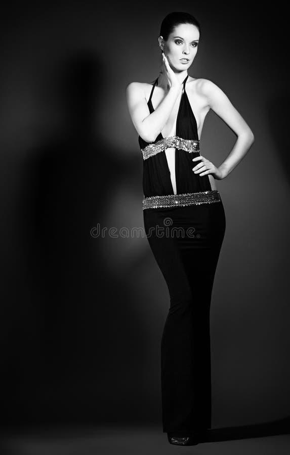 Retrato de la mujer joven en vestidos de noche elegantes fotos de archivo