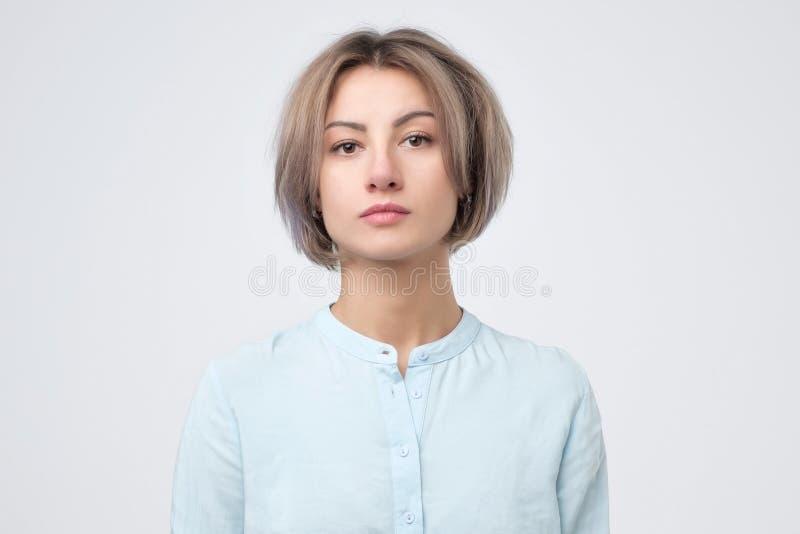 Retrato de la mujer joven europea en camisa azul imagen de archivo
