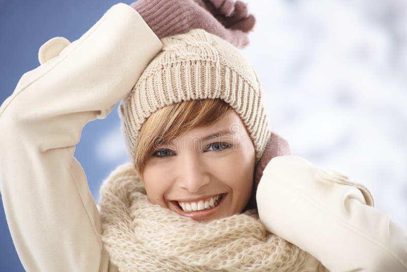 Retrato de la mujer joven feliz en capa caliente fotografía de archivo libre de regalías