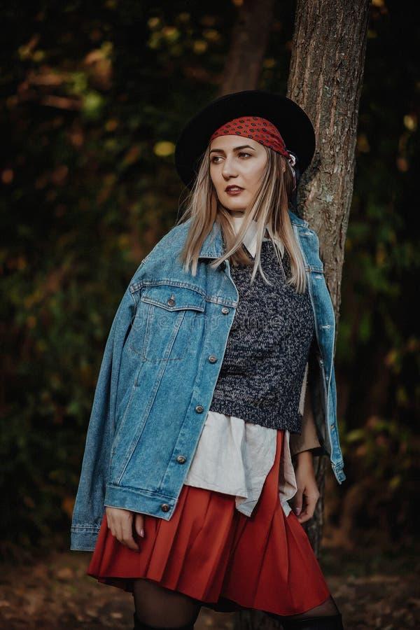 Retrato de la mujer joven hermosa, al aire libre imágenes de archivo libres de regalías