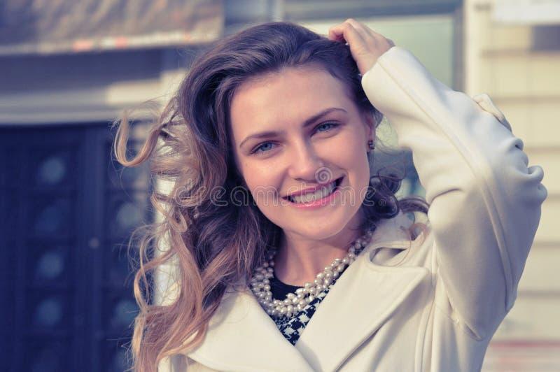 Retrato de la mujer joven hermosa alegre feliz, al aire libre imagen de archivo