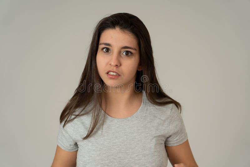 Retrato de la mujer joven hermosa con la cara enojada y seria Expresiones y emociones humanas imagen de archivo
