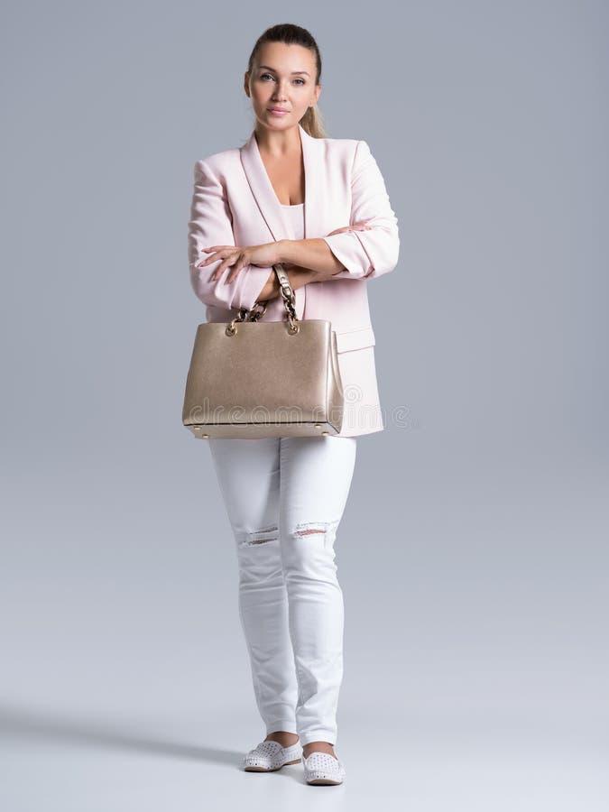 Retrato de la mujer joven hermosa con el bolso imagen de archivo libre de regalías