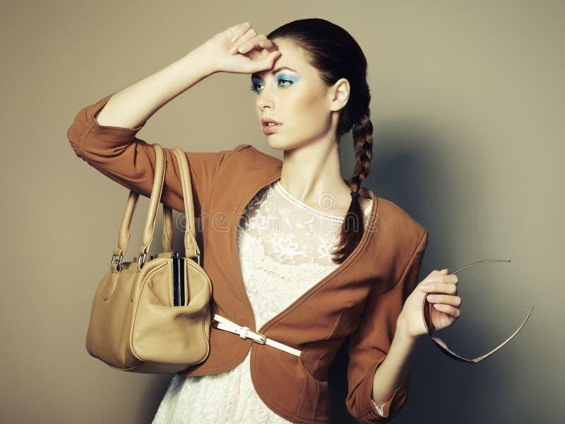 Retrato de la mujer joven hermosa con el bolso fotos de archivo