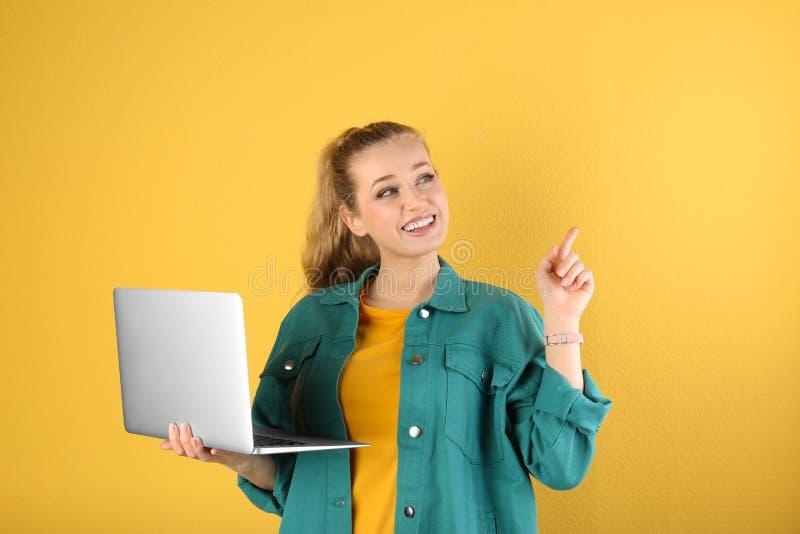 Retrato de la mujer joven hermosa con el ordenador port?til fotos de archivo libres de regalías