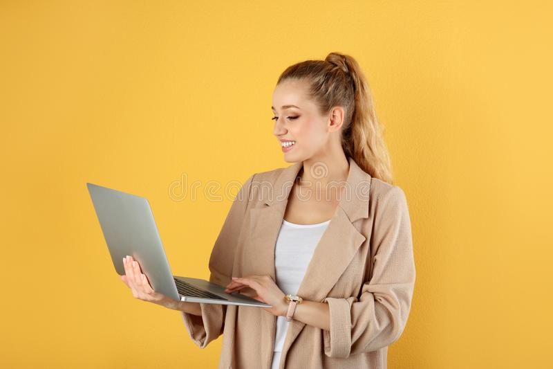Retrato de la mujer joven hermosa con el ordenador port?til fotos de archivo