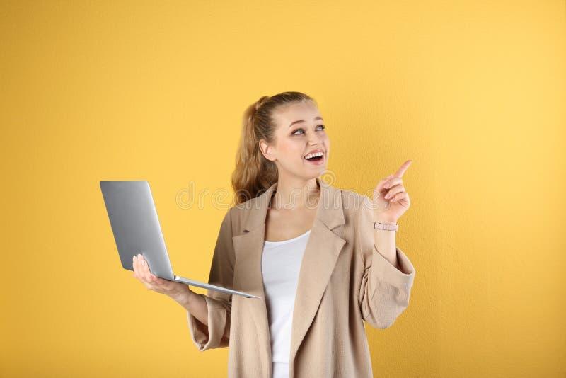 Retrato de la mujer joven hermosa con el ordenador port?til fotografía de archivo
