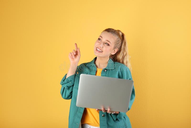Retrato de la mujer joven hermosa con el ordenador port?til foto de archivo libre de regalías