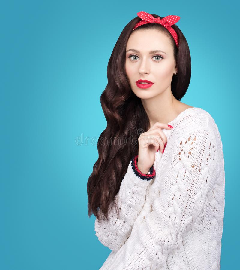 Retrato de la mujer joven hermosa con el pelo ondulado oscuro en un suéter hecho punto blanco Labios brillantes y maquillaje lige fotografía de archivo libre de regalías