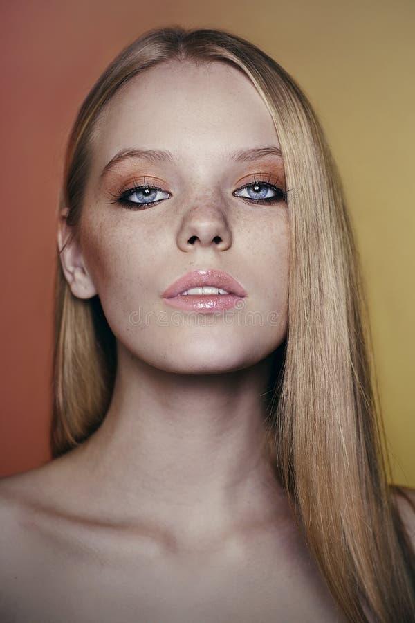 Retrato de la mujer joven hermosa con el pelo rubio foto de archivo libre de regalías