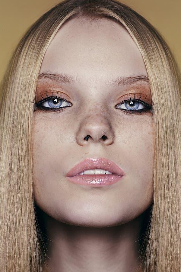 Retrato de la mujer joven hermosa con el pelo rubio fotos de archivo libres de regalías