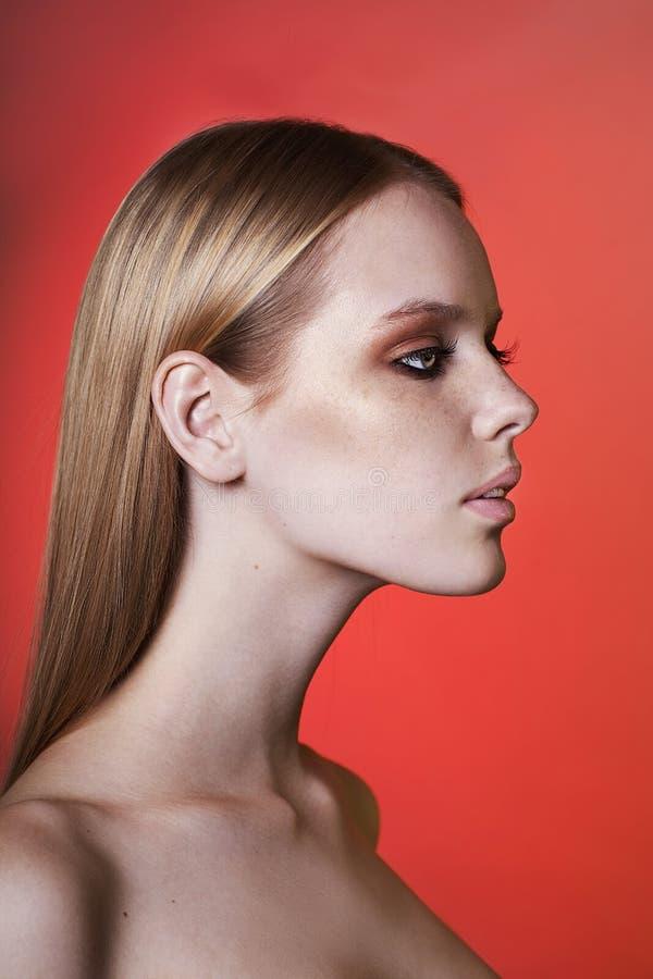 Retrato de la mujer joven hermosa con el pelo rubio imágenes de archivo libres de regalías