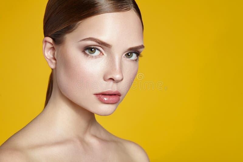 Retrato de la mujer joven hermosa con la cara limpia foto de archivo