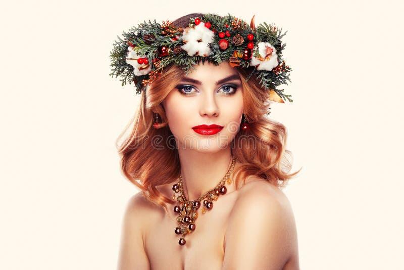 Retrato de la mujer joven hermosa con la guirnalda de la Navidad fotos de archivo libres de regalías