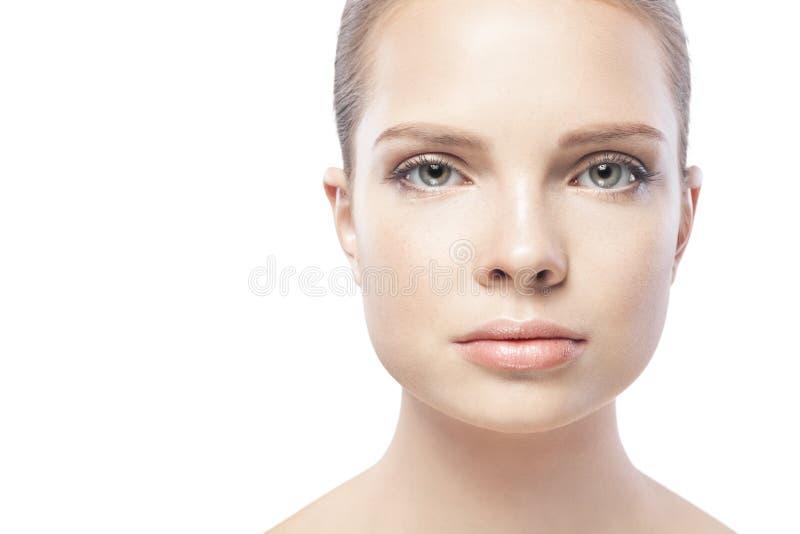 Retrato de la mujer joven hermosa con la piel limpia aislada imagen de archivo