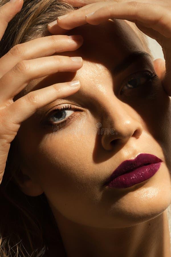 Retrato de la mujer joven hermosa con los pelos mojados largos S oscuro foto de archivo libre de regalías