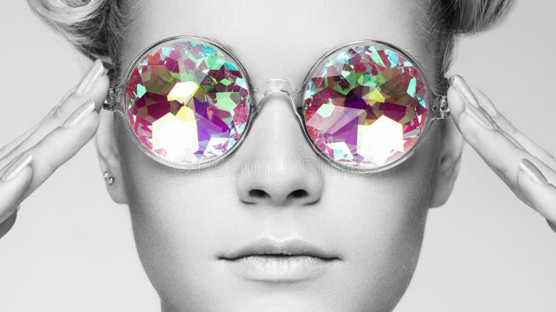 Retrato de la mujer joven hermosa con los vidrios coloreados fotos de archivo