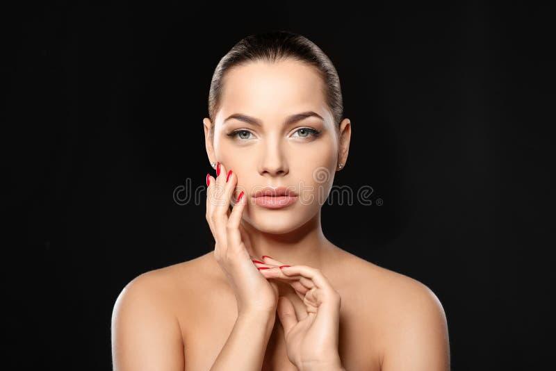 Retrato de la mujer joven hermosa con la manicura brillante en negro Tendencias del esmalte de u?as fotografía de archivo
