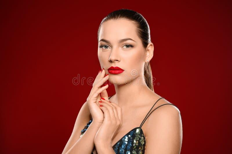Retrato de la mujer joven hermosa con la manicura brillante Tendencias del esmalte de u?as fotos de archivo libres de regalías