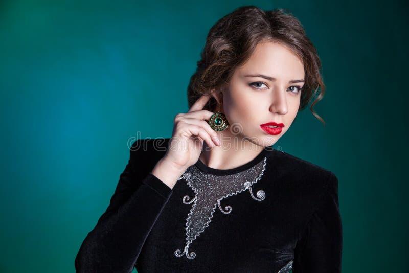 Retrato de la mujer joven hermosa con maquillaje de la tarde foto de archivo