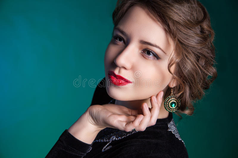 Retrato de la mujer joven hermosa con maquillaje de la tarde imagen de archivo libre de regalías