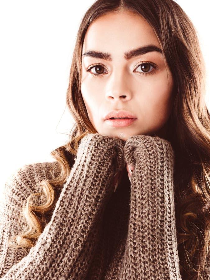 Retrato de la mujer joven hermosa con la piel sin defectos y del maquillaje perfecto en jersey hecho punto fotos de archivo libres de regalías
