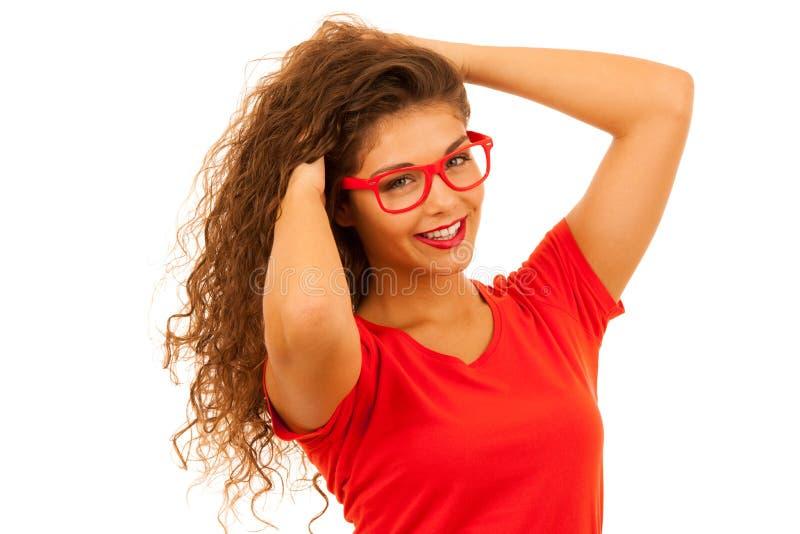 Retrato de la mujer joven hermosa en camiseta y el aislador rojos de los pantalones cortos fotografía de archivo libre de regalías