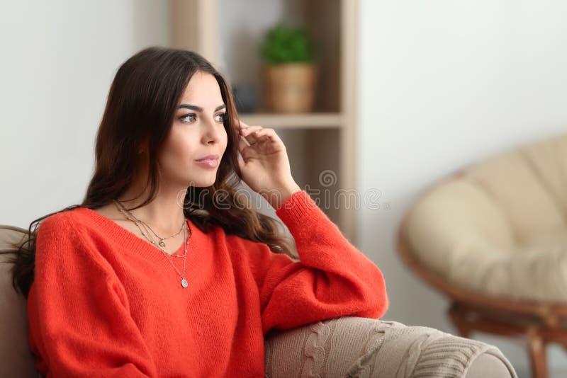 Retrato de la mujer joven hermosa en casa foto de archivo libre de regalías