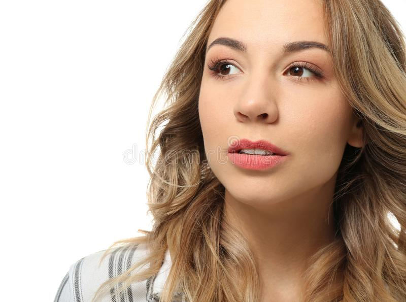 Retrato de la mujer joven hermosa en el fondo blanco imagen de archivo libre de regalías