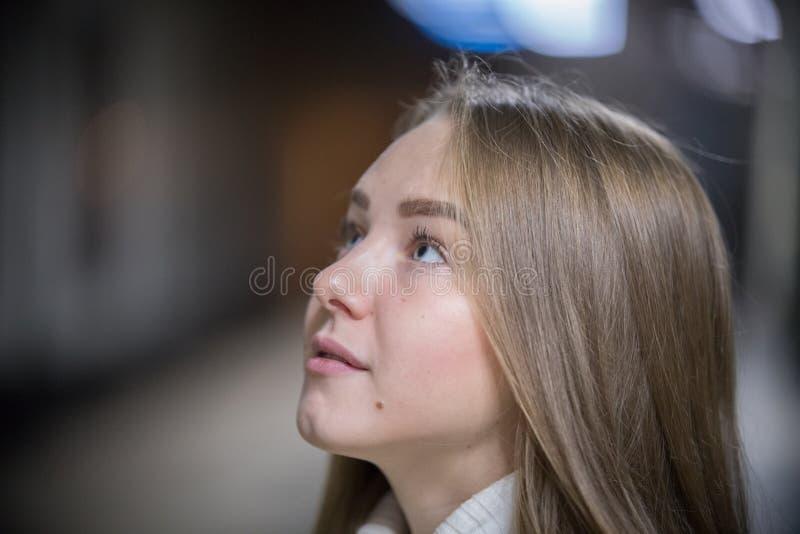 Retrato de la mujer joven hermosa en el subterráneo que espera el tren Mirada para arriba imagen de archivo