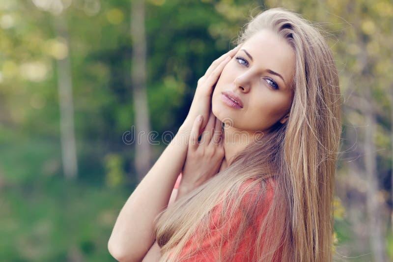 Retrato de la mujer joven hermosa en primavera imágenes de archivo libres de regalías